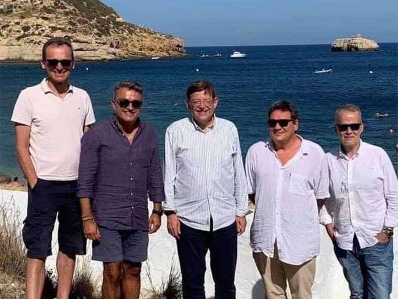 Fotografía en la que se puede ver a Ximo Puig con los ministros sin mascarilla