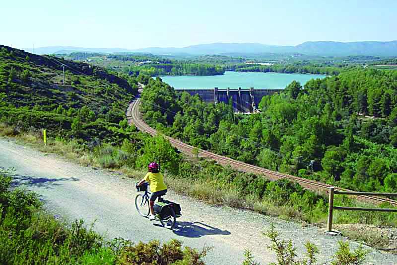 Una ciclista en la Vía Verde de Ojos Negros a su paso por Algar. EPDA