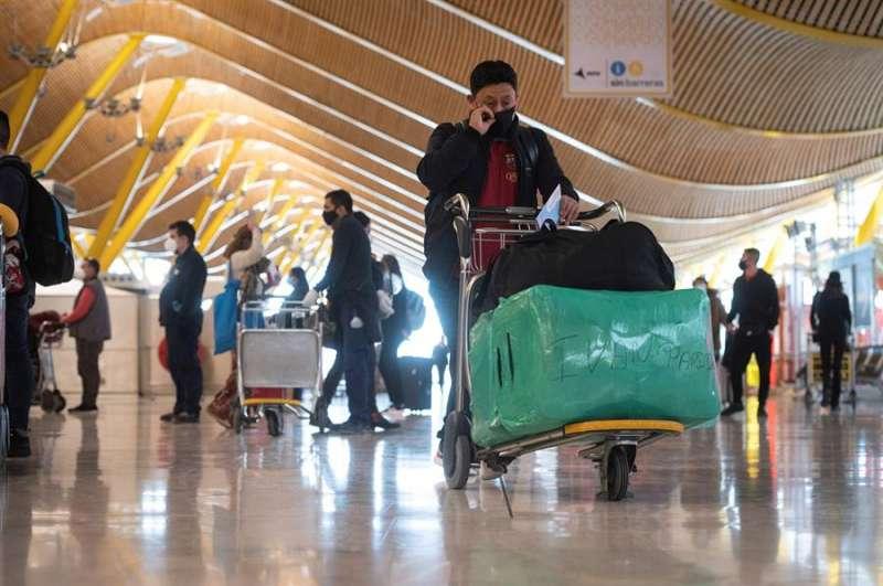 Vista de pasajeros en la terminal T-4 del aeropuerto Madrid- Barajas Adolfo Suárez. EFE