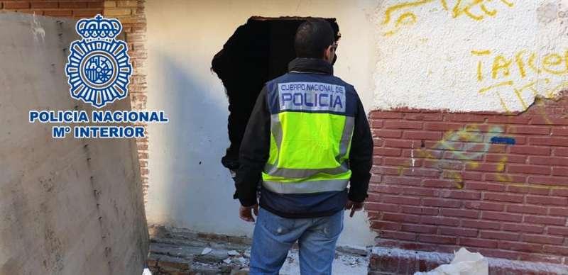 Imagen facilitada por la Policía Nacional del edificio donde estaba la plantación de marihuana.