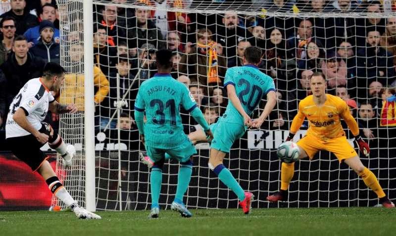 El delantero uruguayo Maximiliano Gómez (i) del Valencia en el momento en que marca su segundo gol ante el Barcelona. EFE