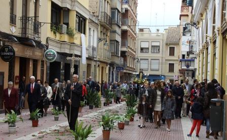 Una vez finalizada la misa, los clavarios sacaron a la calle la imagen de Sant Vicent ante la atenta mirada de cientos de feligreses. FOTO: EPDA.