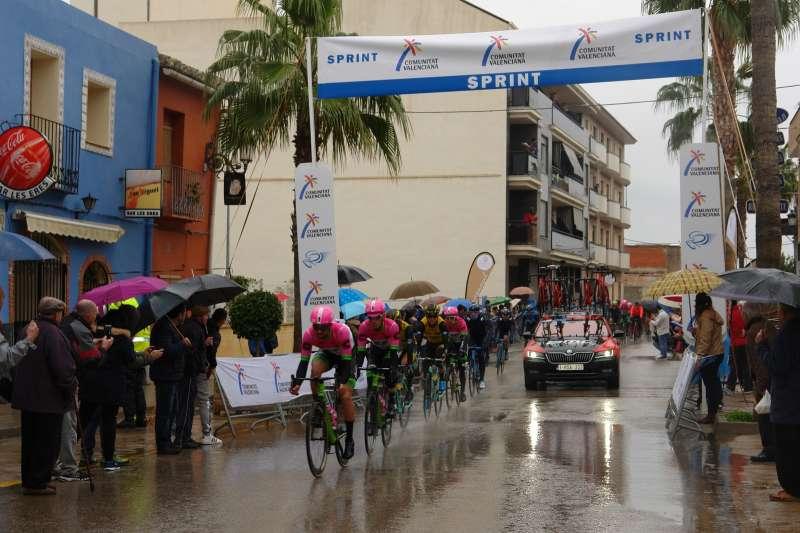 Benaguasil se echa a la calle para aclamar a los ciclistas de la Vuelta a la CV