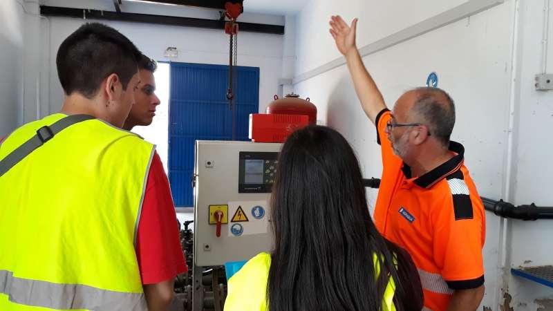 Los alumnos del programa Jove Oportunitat de Alfafar visitan las instalaciones del ciclo integral del agua. HIDRAQUA