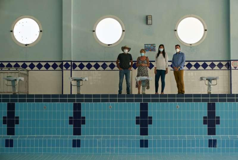 El alcalde y miembros del equipo de gobierno en la piscina municipal.