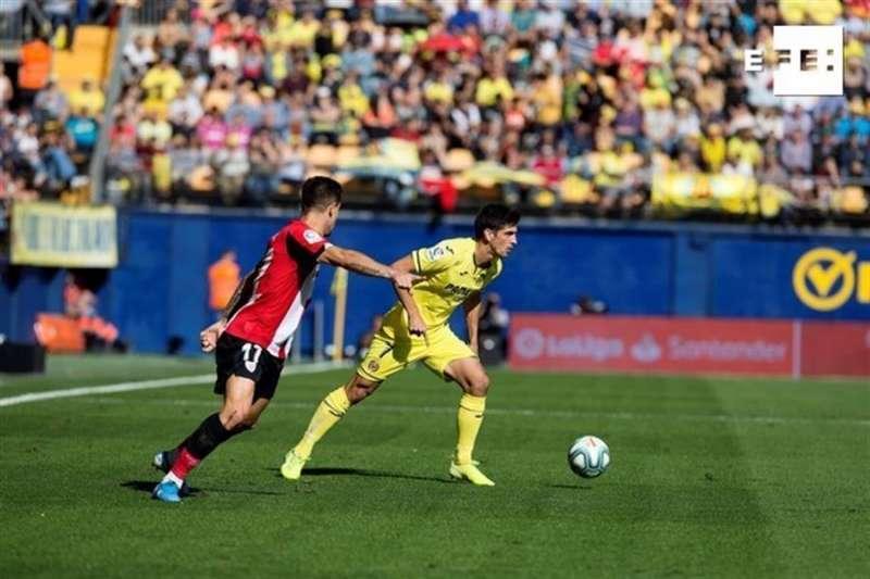 El delantero del Villarreal Gerard Moreno (d), conduce el balón ante la presión del defensor del Athletic de Bilbao Yuri Berchiche (i). EFE
