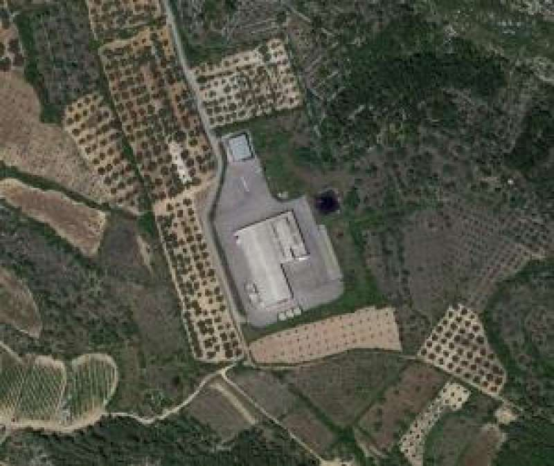 Ubicación de las naves abandonadas en terreno rústico de la localidad castellonense de Sant Mateu donde se celebra la fiesta, en una imagen de Google Maps.