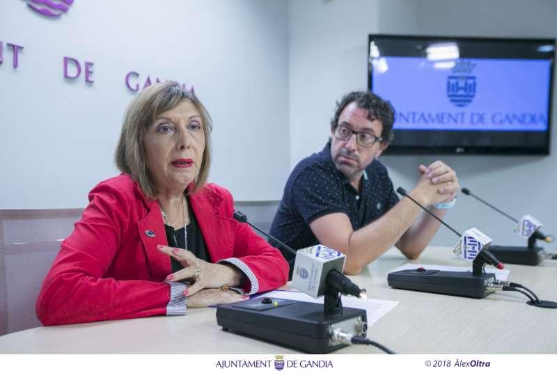 La regidora de Sanitat Pública, Polítiques Saludables i Relacions Internacionals, Liduvina Gil, i el coordinador General d?Urbanisme, Vicent Mascarell, de l