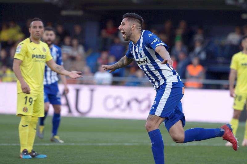 El defensa chileno del Deportivo Alavés, Guillermo Maripán, celebra su gol anotado ante el Villarreal CF durante el partido correspondiente a la jornada 26 de la Liga Santander disputado hoy en el estadio de la Cerámica, en Villarreal. EFE