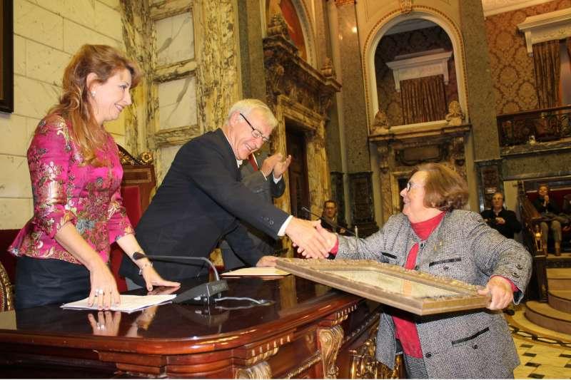 Carmen Leal recibe el premio de parte del alcalde de Valencia, Joan Ribó