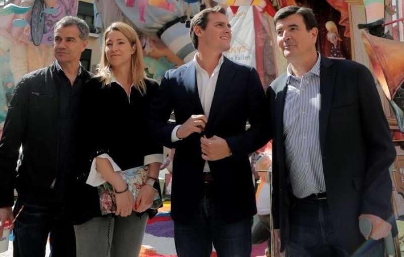 El presidente de Ciudadanos, Albert Rivera (2d), visita las fallas de Valencia junto al candidato de su partido a la Generalitat, Toni Cantó (i) , la cabeza de lista por Valencia al Congreso, María Muñoz (2i) y el candidato a la alcaldía de Valencia, Fernando Giner (d) .EFE