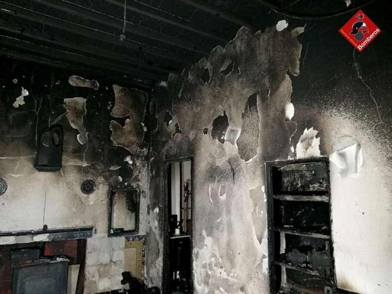 Imagen cedida por el consorcio provincial de bomberos de la Alicante de la situación de la vivienda tras el incendio. EFE