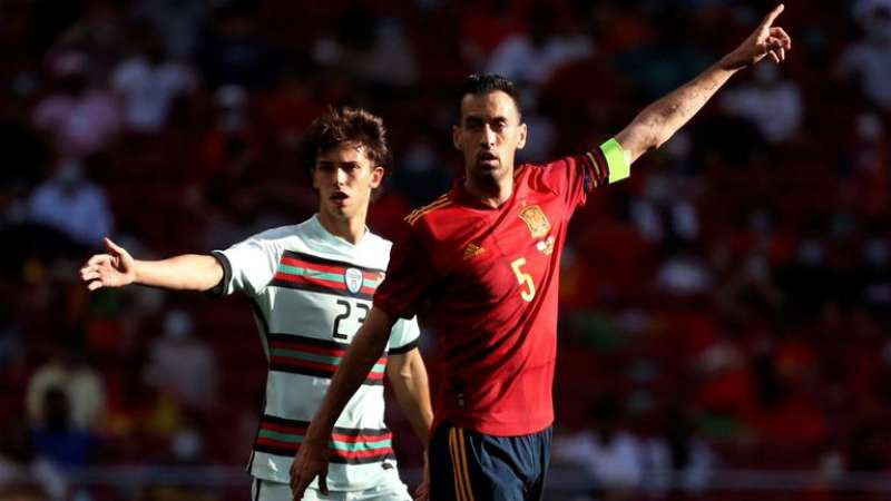 Fotografía de archivo de Sergio Busquets (d), capitán de la selección española. EFE
