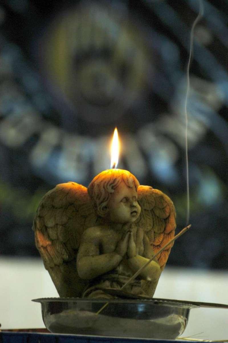 Una vela con la forma de un ángel en una muestra de esoterismo. EFE/Archivo