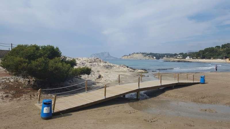 Panorama que presenta la playa de Teulada en la que se están ubicando papeleras