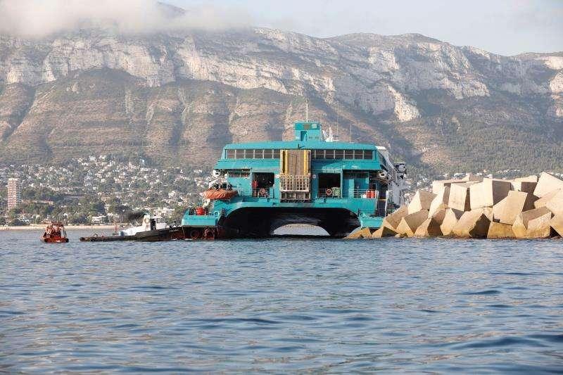 El ferry de la compañía Baleària que encalló la pasada noche en la escollera del puerto de Dénia (Alicante)