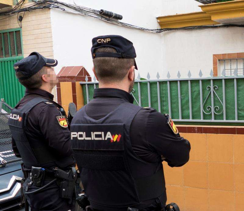 Dos agentes de la Policía Nacional durante una intervención. EFE/Archivo