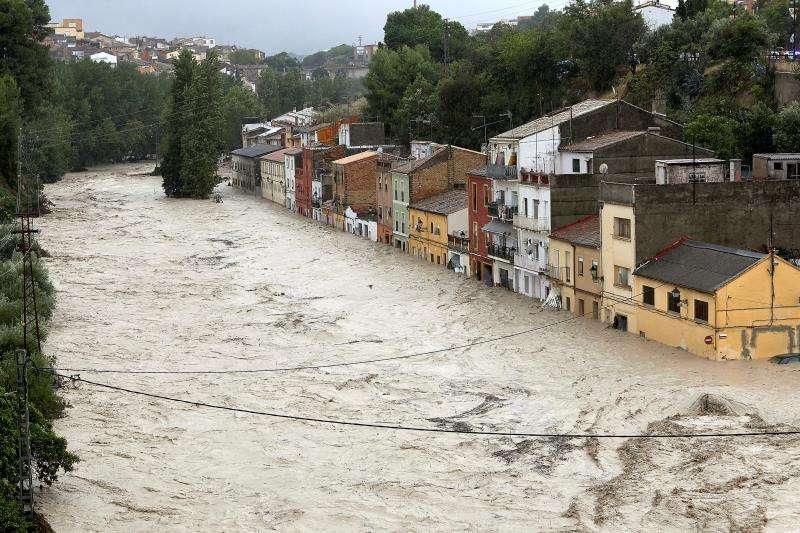 Vista del río Clariano que se ha desbordado este jueves a su paso por Ontinyent tras las fuertes lluvias registradas durante la noche. La localidad valenciana alcanza 297 l/m2 en 24 horas, su registro más alto del último siglo. EFE/ Natxo Francés