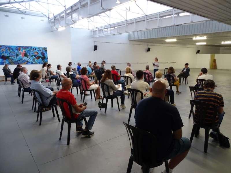 Reunión en la sala polivalente del polideportivo