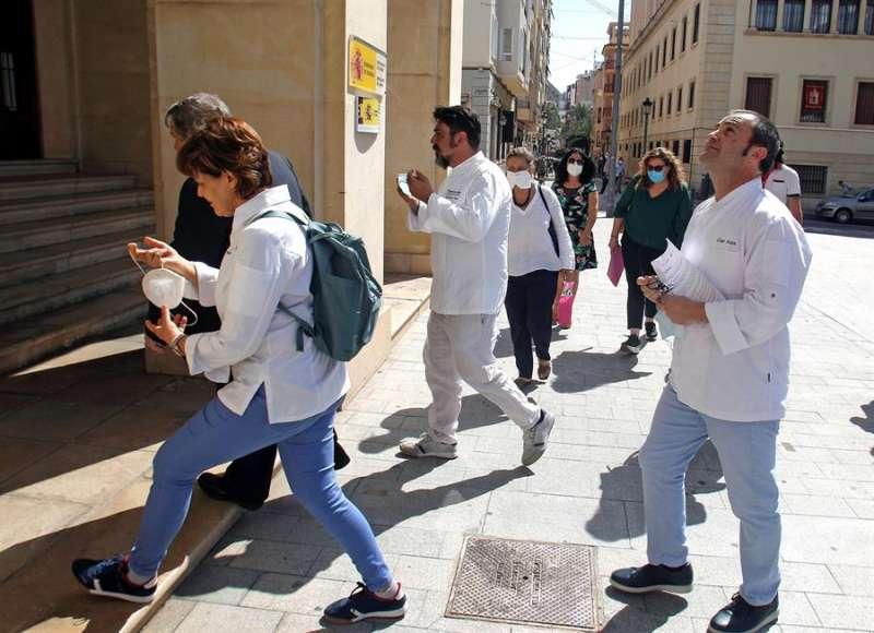 El presidente de la Asociación de Restaurantes de Alicante (ARA), César Anca (d), acompañado de representantes de APEHA, ALROA, AEHTMA y miembros de sus juntas directivas entregan un manifiesto en la Subdelegación del Gobierno. EFE
