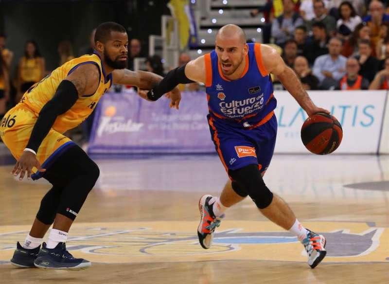 El jugador del Valencia Basket Quino Colom (d) durante el último partido disputado por el equipo valenciano antes del confinamiento por coronavirus. EFE / Archivo