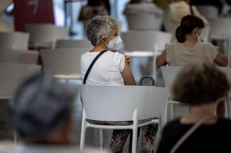 Una mujer espera en un centro de vacunación tras recibir la segunda dosis de la vacuna contra la covid-19 de Pfizer.