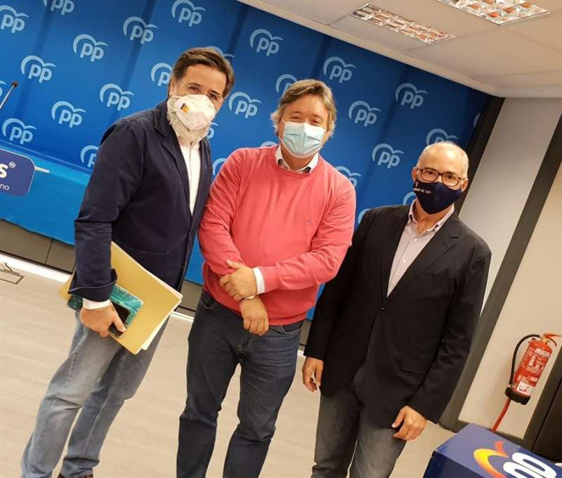Luis Santamaría en el centro, junto a su homólogo en el Senado, Fernando de Rosa y el portavoz de Vivienda del GPP, Alfredo Castelló. / Foto facilitada por el partido.