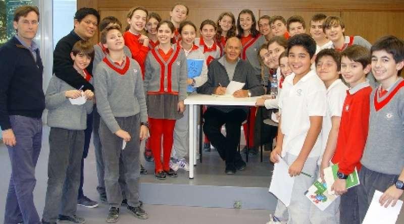 El escritor uruguayo Ricardo Alcántara, con los alumnos. EPDA