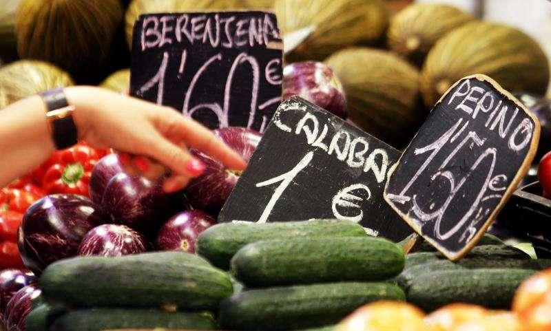 Varios carteles con los precios de la verdura se pueden ver en un puesto del mercado Central. EFE/Archivo
