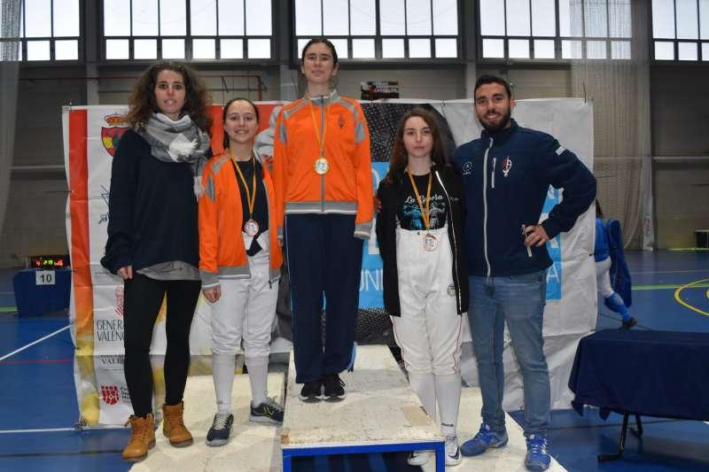 Pódium de las ganadores junto a sus entrenadores. EPDA