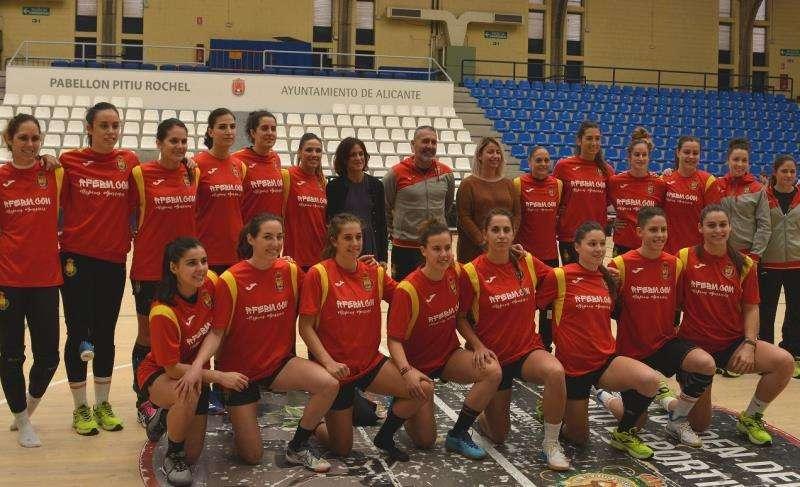 La selección española de balonmano femenino posa en su primer entrenamiento en Alicante junto a la concejala de Deportes, Marisa Gayo (iz), y la directora de la Fundación Trinidad Alfonso, Elena Tejedor (d). EFE