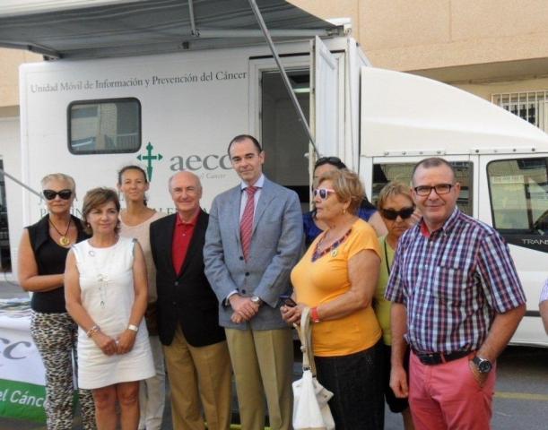 Visita del Conseller a a unidad móvil de AECC Valencia. FOTO: EPDA