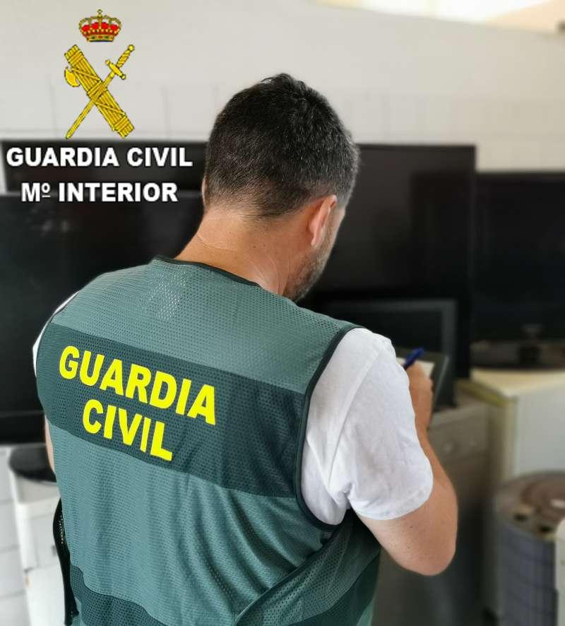 Guardia Civil en una de las viviendas - M.Interior