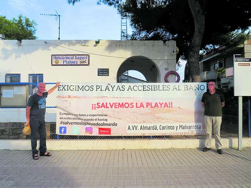José Girona y Javier Gómez junto a la pancarta en defensa de las playas del norte de Sagunt. EPDA