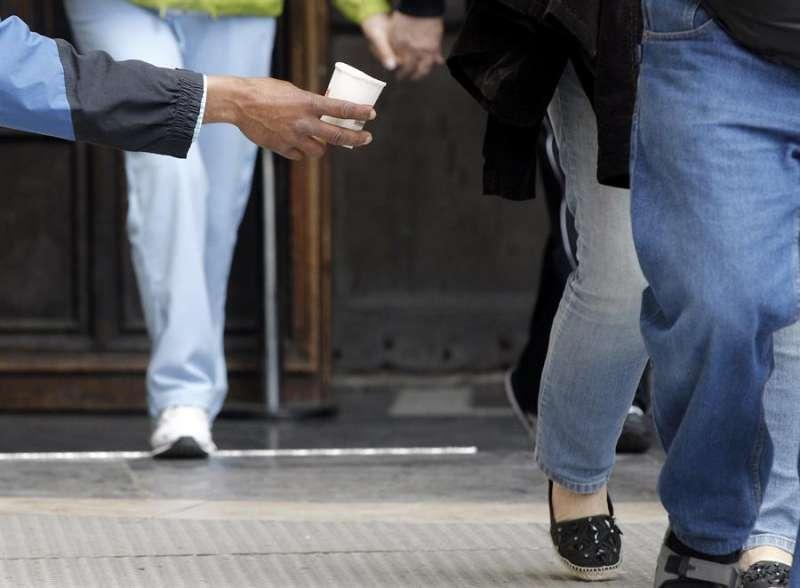 Una persona pide limosna en el centro de València