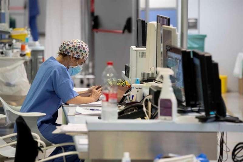 Una enfermera de la UCI, durante un descanso. EFE/ Marcial Guillén/Archivo