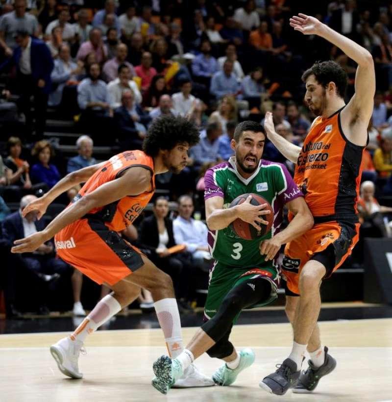 Los jugadores del Valencia Basket Louis Labeyrie (i) y Guillem Vives (d), defienden a un rival. EFE/Archivo