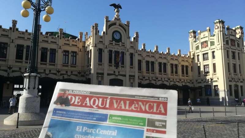Primer número de El Periódico de Aquí en la Estación del Norte de València
