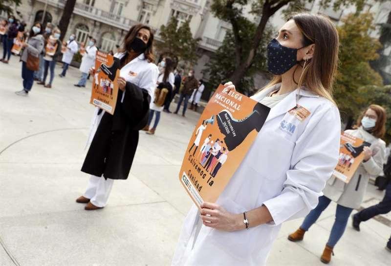 Varios médicos participan en la concentracion convocada por la Confederación Estatal de Sindicatos Médicos (CESM). EFE