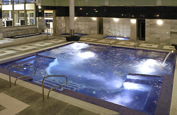 Interior de la piscina de relax con jacuzzy. FOTO LACALDERONA.COM