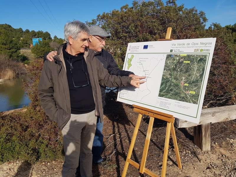 El concejal de Medio Ambiente de Sagunt con el alcalde de Petrés observando un panel de itinerario de la Vía Verde. EPDA