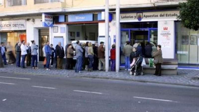 Colas de compradores en la Administración de Lotería Castillo. Foto EPDA