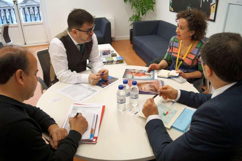El diputado de Cooperación Internacional, Emili Altur, junto a los representantes de ACNUR. EPDA