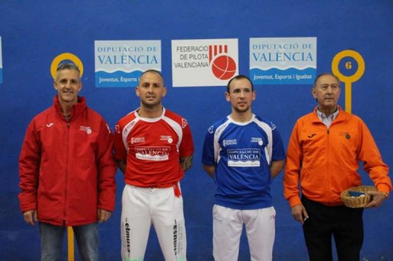 Adrián de Museros junto a su contrincante Dani de Alginet y demás representantes de la Pilota. EPDA