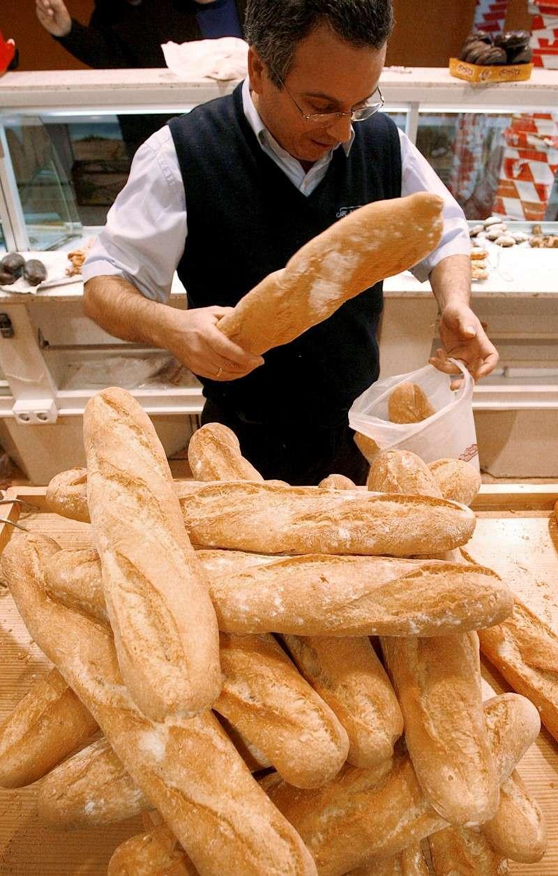 Un hombre coge unos panes en una panadería. EFE/Kai Försterling/Archivo