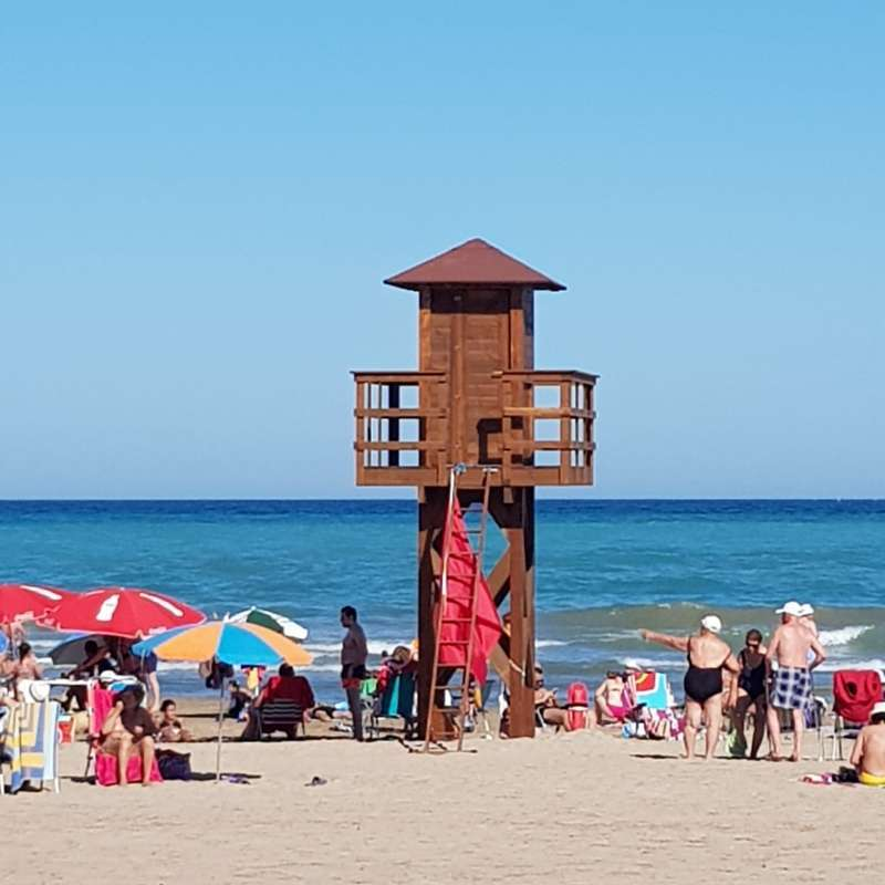 Bandera roja en una posta de la playa de Port de Sagunt. EPDA