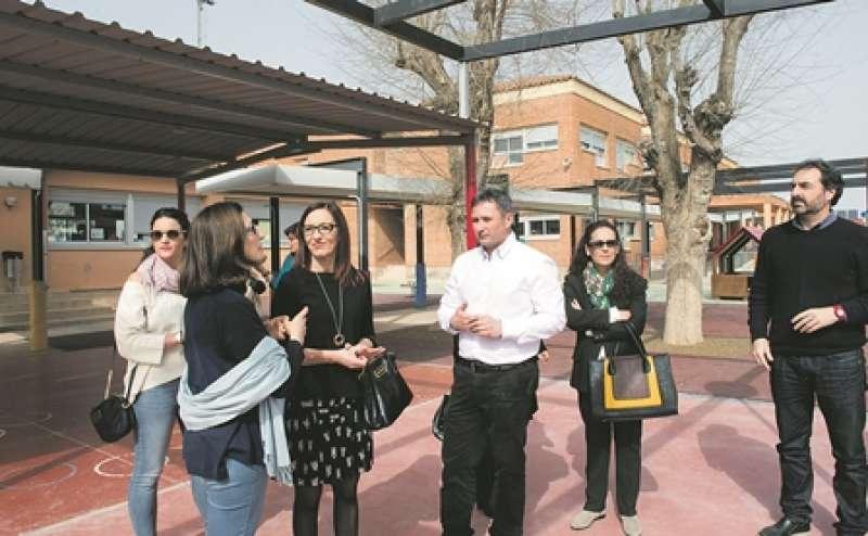 Amigó, acompanyada de l?alcalde i altres càrrecs, en la visita a Albalat. EPDA