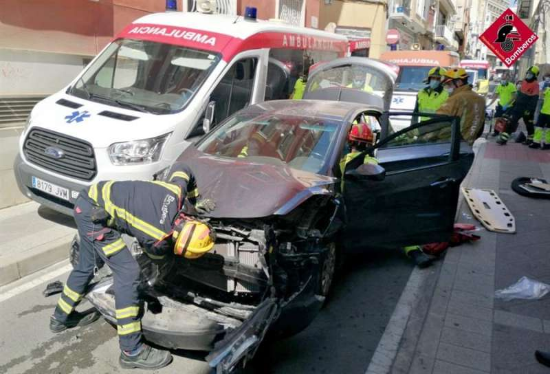 Foto del Consorcio Provincial de Bomberos del accidente de tráfico en Elche entre una ambulancia y un coche con una persona atrapada.