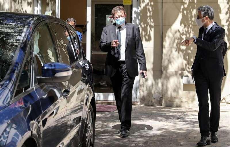 El president de la Generalitat, Ximo Puig (c), a su salida de Les Corts. EFE/Ana Escobar