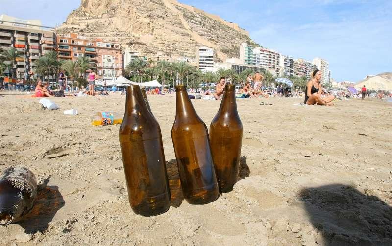 Imagen de archivo de restos de un botellón en una playa de Alicante. EFE/M.Lorenzo/Archivo